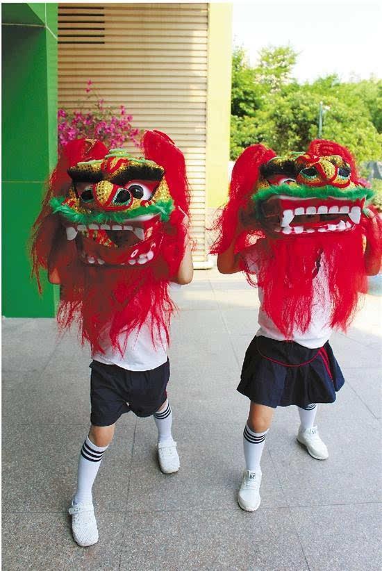 祖孙同玩传统民间游戏
