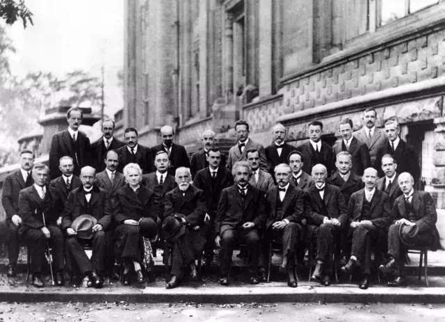 黑白手绘爱因斯坦