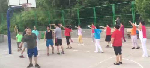 广场舞大妈硬抢篮球场 跳舞挤走篮球青年爆冲突