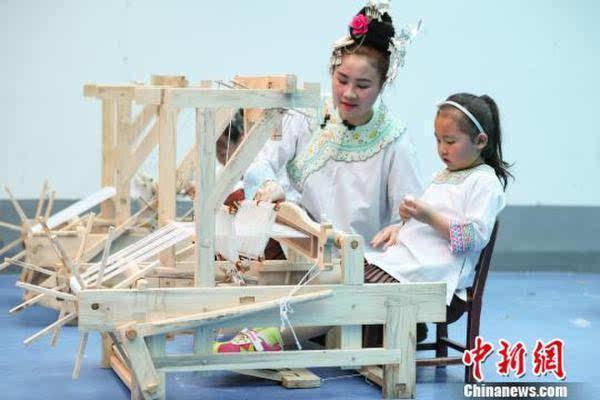 贵州省榕江县示范幼儿园将侗族,苗族等民族歌舞及手工技艺引进幼儿园