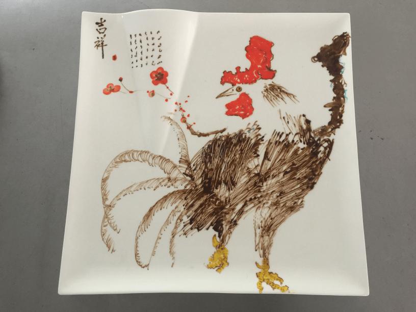 用果酱在餐盘上作画,其画作风格大气,形象生动,牢牢吸引了孩子们