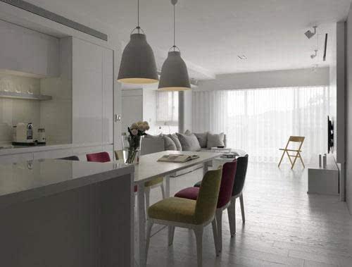 客厅餐厅装修效果图:沿着连接吧台的餐桌线条,引出入门流畅的日光