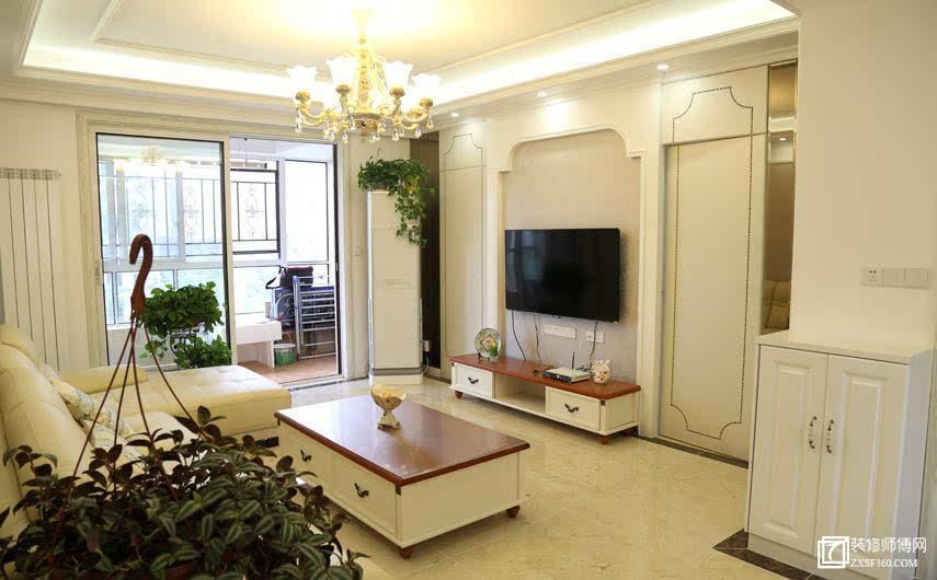 客厅装饰柜除用于装饰收纳,还与隐形门融合解决了电视墙右墙面过长