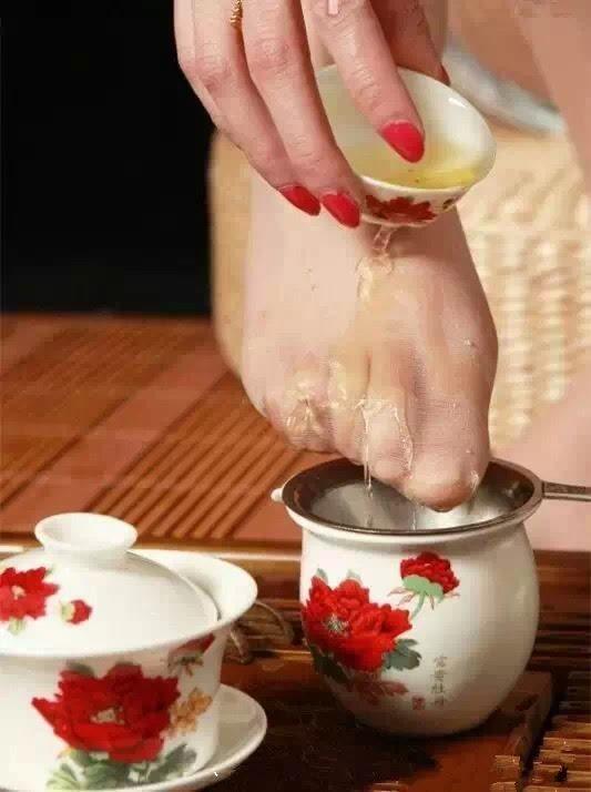 竟然用美女脚泡茶!你敢喝吗?