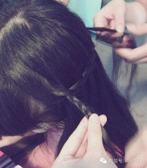 步骤七:然后进行三股辫编发,把瀑布辫垂直编进来,编制成细细长长的三
