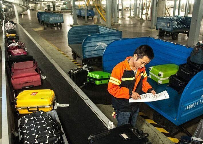 工人把行李装上飞机