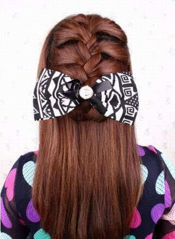step1:从头顶开始全头扎蝎子辫,方法见发型一!图片