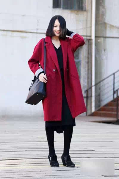 深红色轮廓型大衣