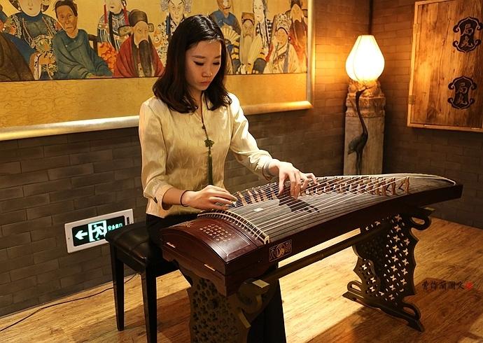 弹琴的美女很古典