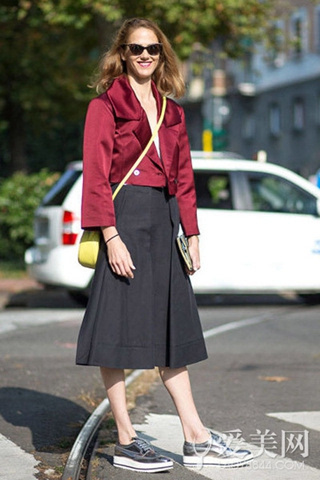 搭配示范:红色绸面短外套+黑色高腰中裙+银色厚底