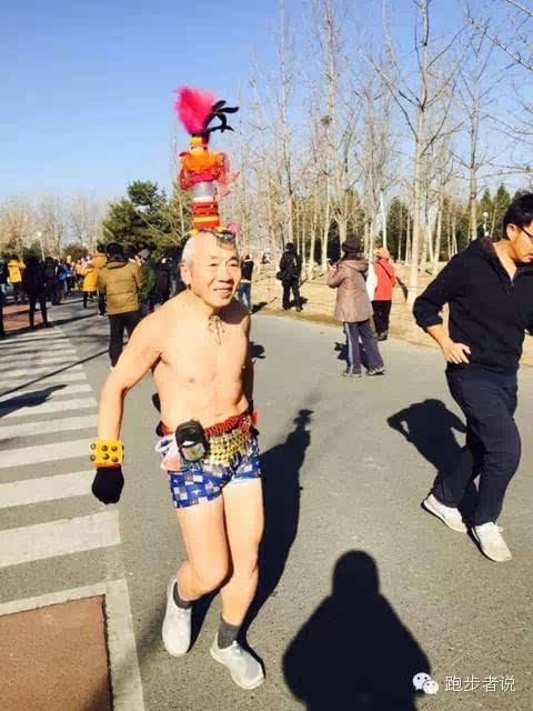 """参加2016年2月28日北京奥体""""光猪跑""""运动的老大爷们 图片欣赏——来源于网络 - 江南一叟 - 江南一叟新闻眼 朋友您好,江南一叟欢迎您"""