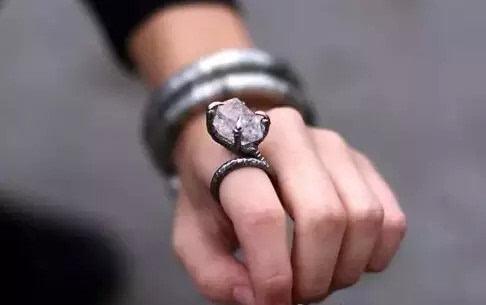 戒指戴法的含义 :  男生戒指戴法的含义有哪些呢?