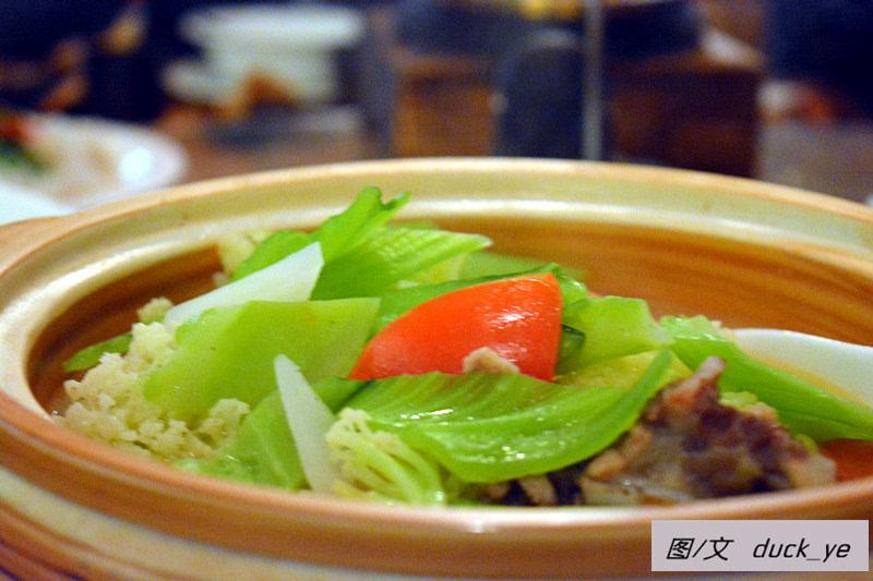 大骨煲杂菜,68元,大骨汤煲各类杂菜,就是大杂烩,还可以,分量挺大!