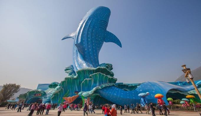 出口处鲸鲨广场可取出相机拍摄全家福与巨大的鲸鲨雕塑,与水元素的图片