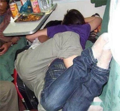 春运火车上的奇葩睡姿.
