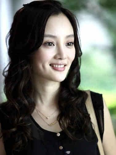 大波卷发的她则妩媚不少,柔软的卷发让整个发型蓬松不少,女人味十足.