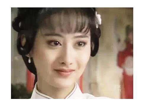 据说当年琼瑶为了捧她,等了她四年,后来就有了那部《梅花三弄》.