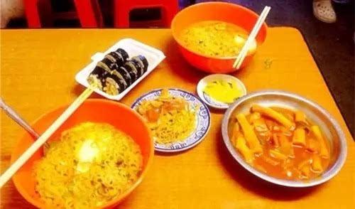好么,全天津的饭馆都是我们家亲戚开的,今儿一
