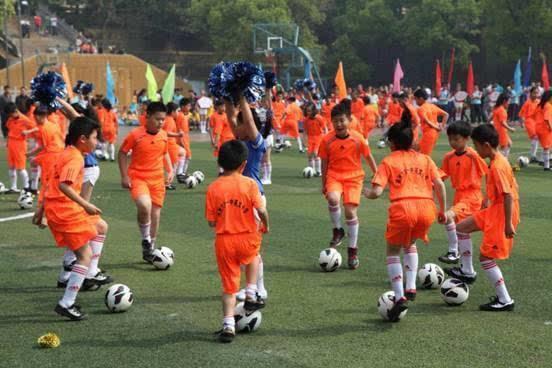 8所校园足球布点学校训练的队员展示颠球,传接球,盘带球过人等系列