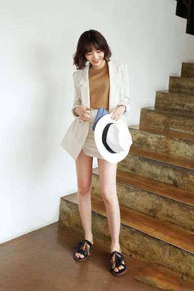 小西装外套配卡其色上衣和白色短裙
