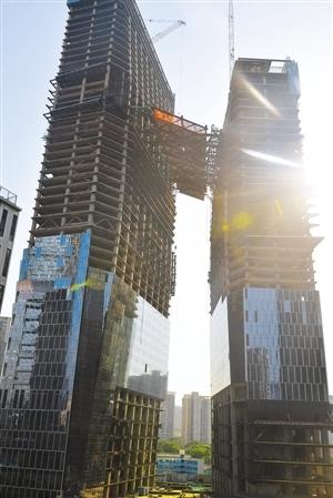 00,随着总重量逾2500吨,最大跨度50米的钢结构连廊在161.
