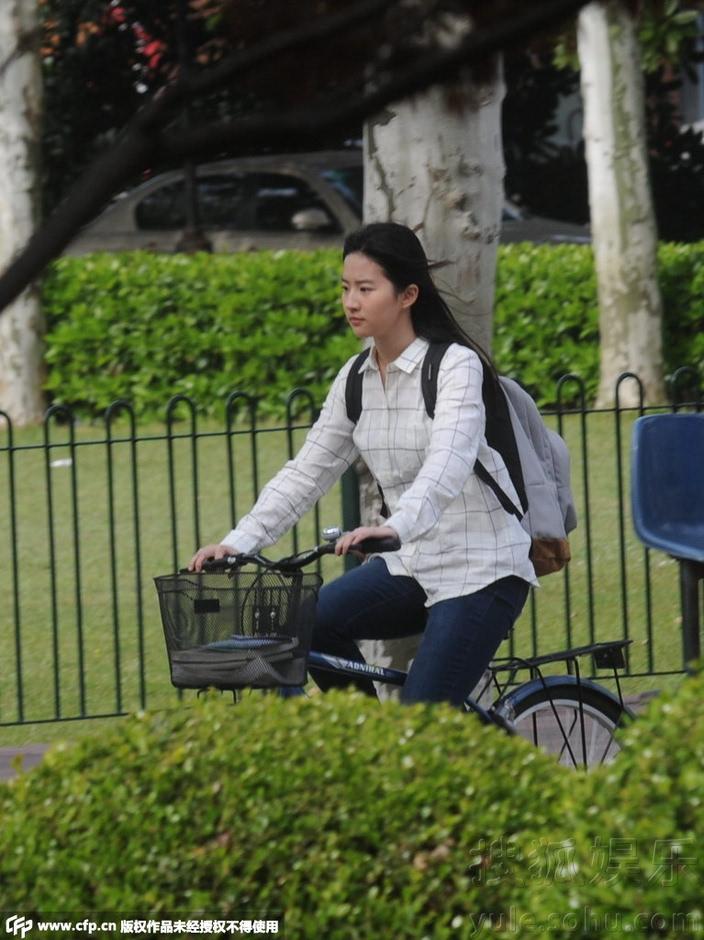 校园女神来了!刘亦菲学生装素颜骑单车