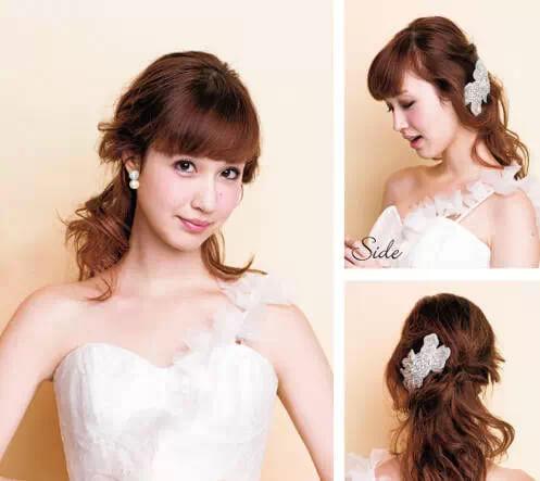 :这款发型非常适合中长发的新娘