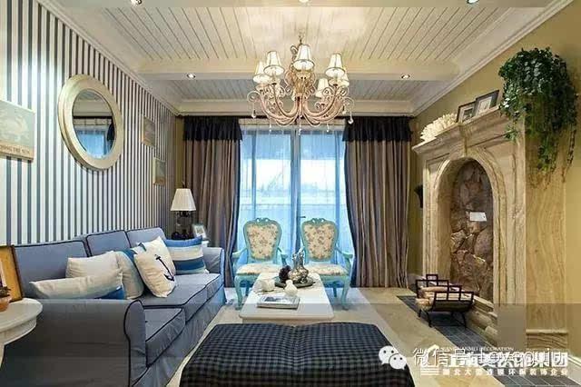 卧室的床背景墙采用假门设计