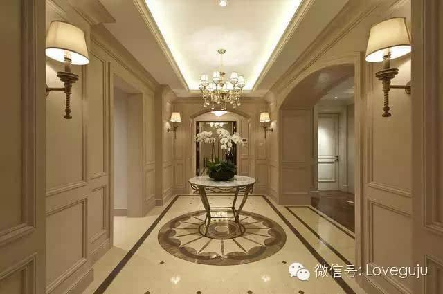 """""""整条走廊进行了吊顶设计,大量灯的使用让走廊更加明亮."""""""