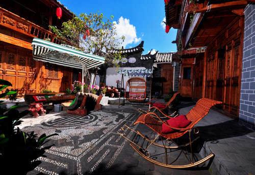 最好是住古城或者束河的客栈,但每年丽江的五一都特别人多,小编在此图片