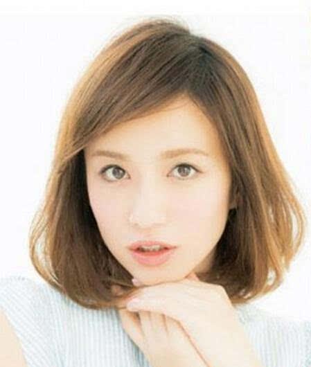 齐肩短发发型,凸显出清纯的气质,完美凸显出女生的可爱感,斜刘海加图片