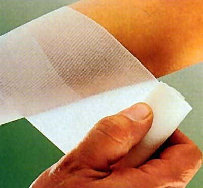 医生建议,对于儿童,皮破之类的小伤口最好用纱布包扎,除了手