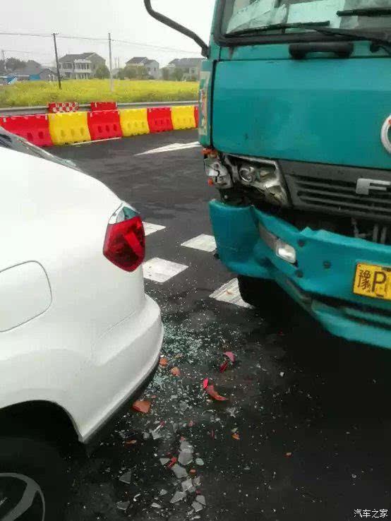 刚买的S7还没上牌就被大货车给撞了 真的太惨