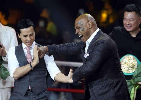 电影《叶问3》召开英雄汇新闻发布会,早前除主演甄子丹外,拳王泰森也图片