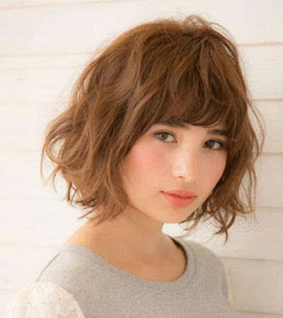 玉米烫齐刘海短卷发 像是芭比娃娃一样精致的玉米烫短卷发发型,圆形图片
