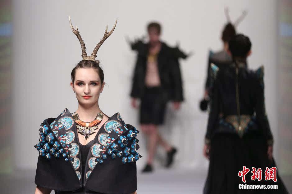 图为服装模特专业的毕业生展示服装设计专业毕业生的创意时装作品.图片