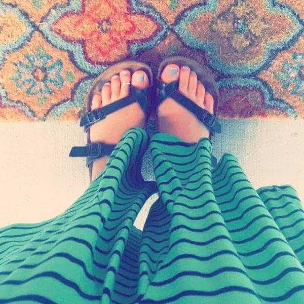 凉鞋配脚戒够a凉鞋!恶搞美女图片