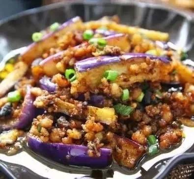 制作过程: 1,茄子洗净后切成条,拍上生粉,入温热的油锅滑炒一会至微