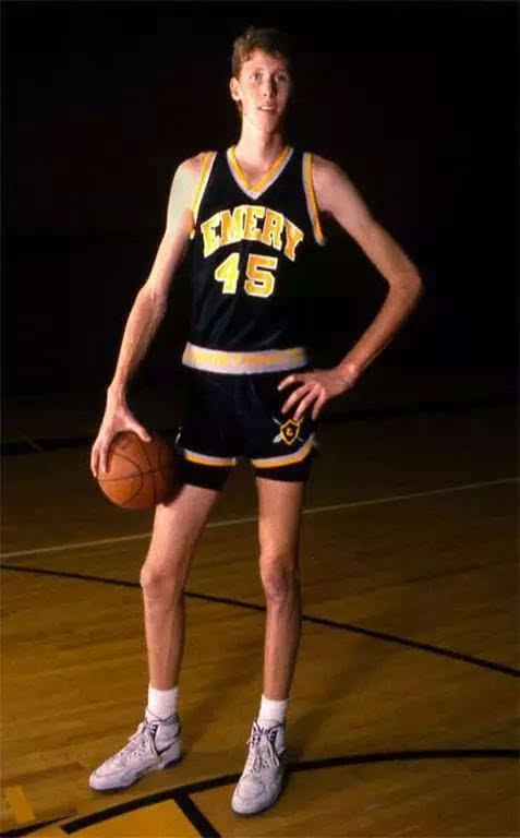 世界最高篮球运动员们:站着摸屋顶,乔丹跳起来