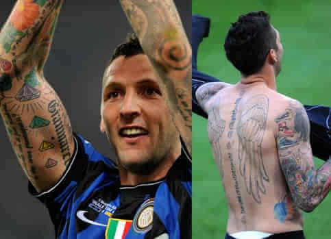此外他的脊柱和脖子上分别纹了一个守护天使和一个十字架,而其他纹身