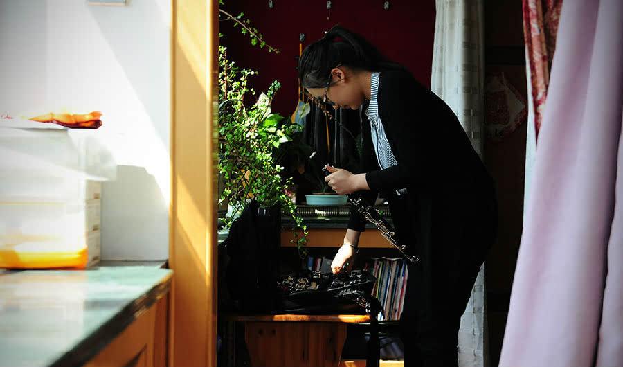 尖录取书张宁练单簧管时用的谱子铺满了卧室的地面,这也是她去美