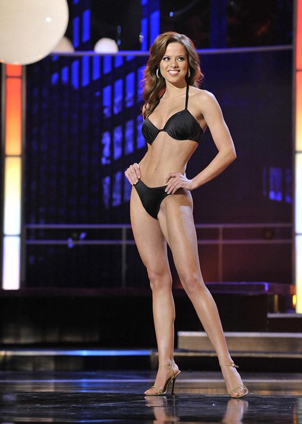 男子泳装表演_这一年的美国小姐选美大赛开始允许穿两件式泳装,这是自1947年比基尼