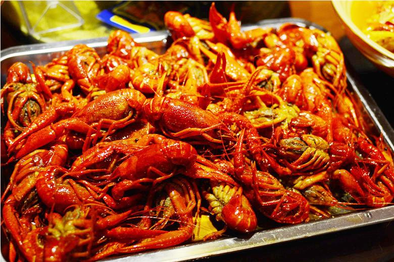 一盆大虾,红彤彤的大虾个头真大,一看就勾起了我们的食欲.图片