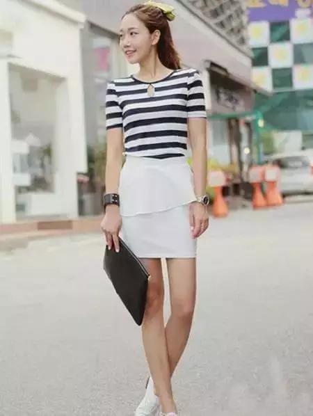 撞色t恤搭配白色超短裤