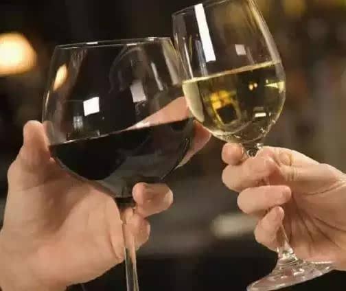 然后还不忘把杯底给碰杯的人看下,这种做法完全是白酒桌上的遗风.