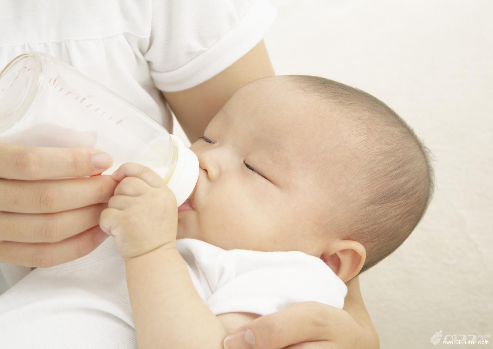 育儿冷知识4:冲奶时不要摇 不少父母都有一个不太好的习惯,给孩子冲奶粉时,总喜欢摇晃一下瓶身,感觉这样就能让奶粉充分溶解。但这样的做法其实满是问题,摇晃后奶瓶内会产生大量的气泡,这样的奶喝下去后孩子往往会打嗝,严重时甚至会吐奶。正确的做法是,宝爸宝妈们双手滚搓瓶身,既能够充分溶解奶粉,又不会产生气泡。 育儿冷知识5:宝宝的舌头是疾病报警器 宝宝的舌头是疾病报警器,它能够预示孩子的身体状况。一般而言,如果孩子的舌头发红、舌苔较少或是发干,就表示宝宝发烧了。如果舌苔上有一层厚厚的乳黄色垢污,则有可能是因为乳