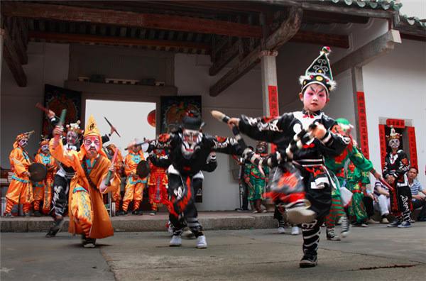 对棚歌舞低俗表演,农村歌舞团真开放视频,对棚开放表演