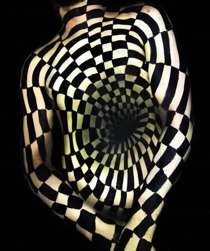 美国艺术家创作扭曲人体画 制造视觉奇观