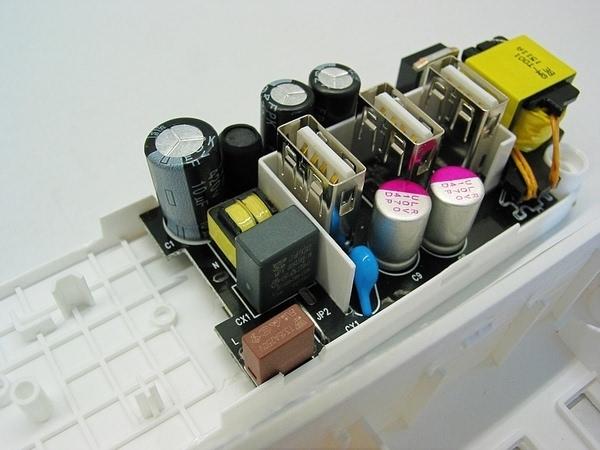 现在我来来看看电路板。这是一块电容降压,开关稳压电路。采用0.1U的安规电容做降压原件,电容器失效后,不会导致电击,不危及人身安全。在电源处有3.15A的自恢复保险做保护原件。PCB采用了走线镀锡工艺,能加大印刷电路铜箔的载流量,提高安全性。小米的LOGO也通过丝印印刷在电路板上。