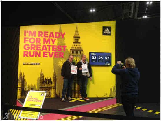 1981-2015,伦敦马拉松的历史墙 免费的照相点,拿着号码牌与背景墙图片